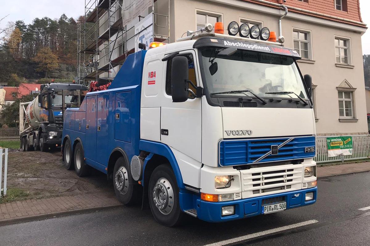 Abschleppen eines LKW mit 4-Achs LKW Bus Berge und Abschleppfahrzeug Volvo