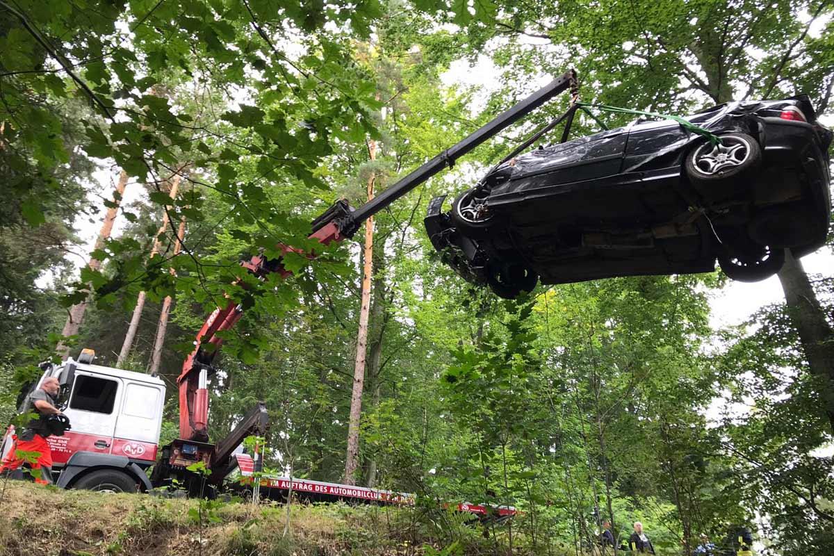 Bergung Unfallwagen mit 3-Achs Plateaufahrzeug mit Kran