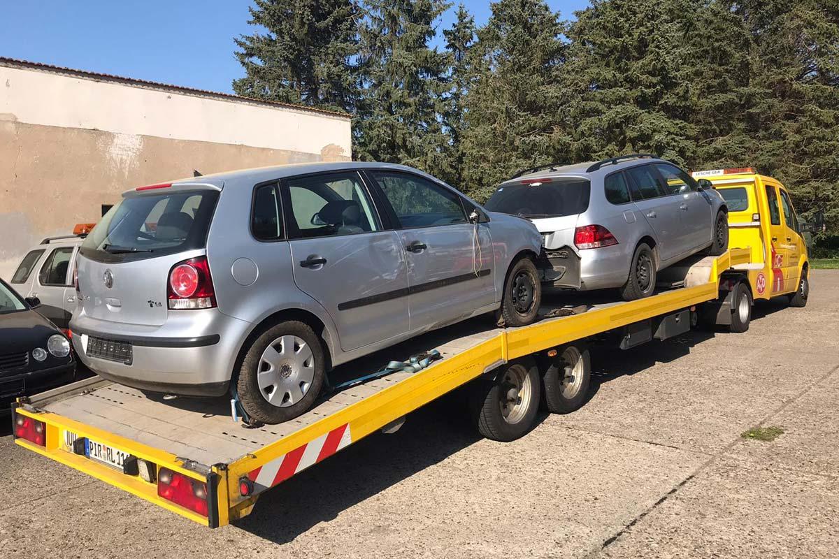 Mercedes Sprinter mit Minisattel Transport von zwei Unfallwagen