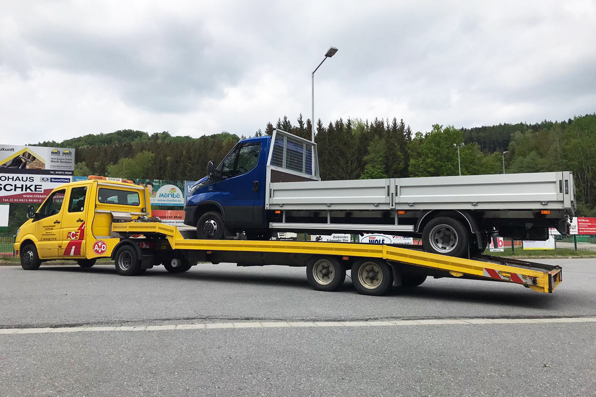 Mercedes Sprinter mit Minisattel schleppt Transporter ab