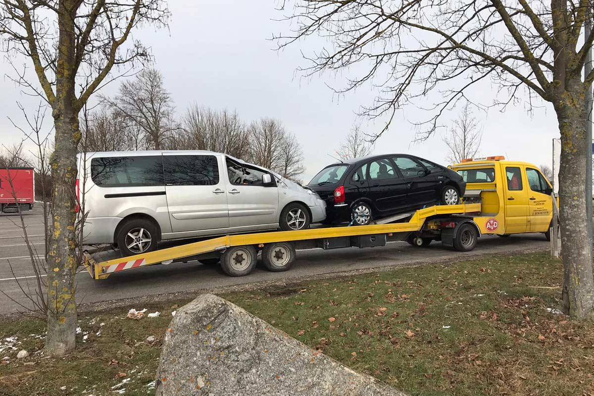 Mercedes Sprinter mit Minisattel schleppt zwei Autos ab