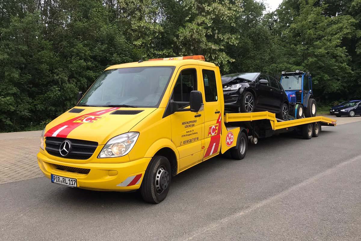 Mercedes Sprinter schleppt Traktor ab