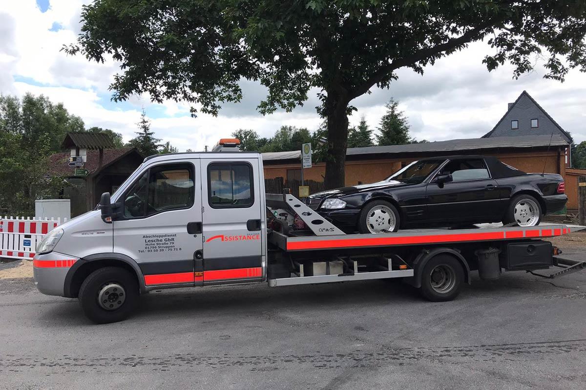 Mercedes wird durch Plateaufahrzeug IVECO abgeschleppt