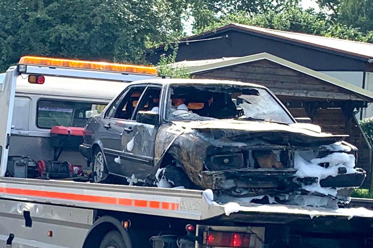 Plateaufahrzeug IVECO schleppt ausgebranntes Fahrzeug ab